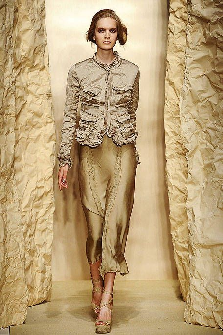 Textile, Human leg, Style, Fashion model, Knee, Waist, Beige, Fashion design, Visual arts, Ankle,