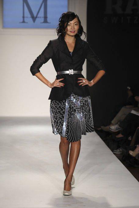 Fashion show, Shoulder, Joint, Runway, Human leg, Fashion model, Style, Waist, Knee, Fashion,