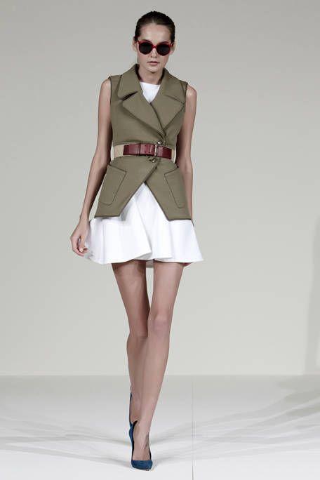 Clothing, Eyewear, Leg, Sleeve, Human leg, Shoulder, Collar, Sunglasses, Joint, Fashion show,