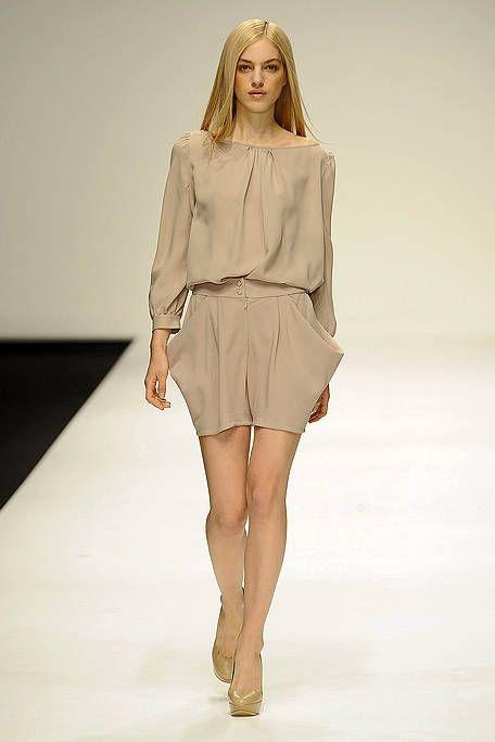 Brown, Hairstyle, Fashion show, Sleeve, Skin, Human leg, Shoulder, Joint, Runway, Fashion model,