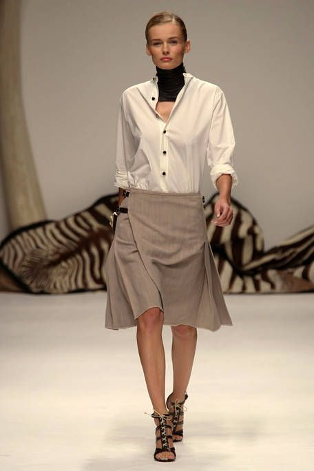 Clothing, Human, Fashion show, Sleeve, Human body, Collar, Shoulder, Human leg, Runway, Joint,