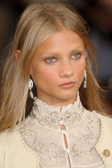 Face, Lip, Hairstyle, Chin, Forehead, Eyebrow, Eyelash, Style, Beauty, Earrings,