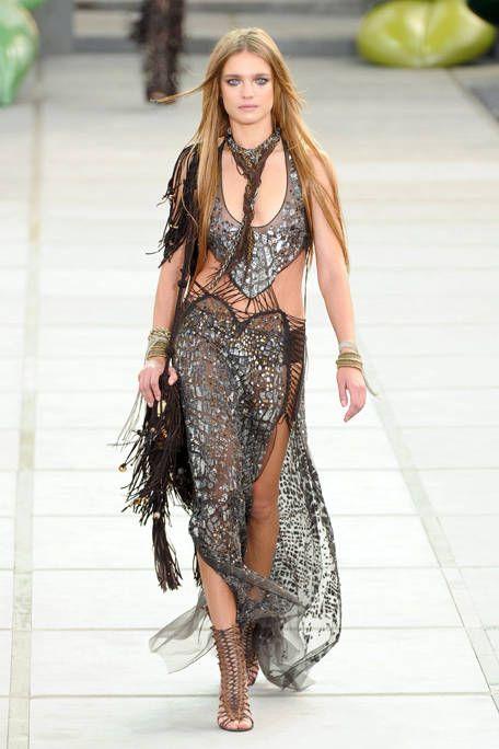 Clothing, Fashion show, Shoulder, Joint, Fashion model, Runway, Style, Waist, Street fashion, Jewellery,