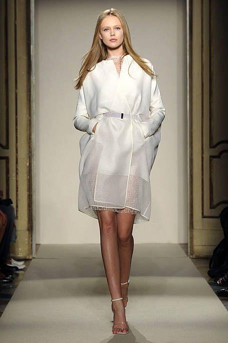 Sleeve, Shoulder, Human leg, Joint, Fashion model, Style, Dress, Beauty, One-piece garment, Fashion,
