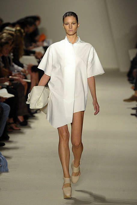 Leg, Fashion show, Event, Shoulder, Human leg, Runway, Joint, Fashion model, Style, Knee,