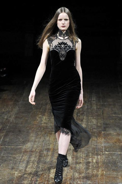 JULIEN MACDONALD FALL 2011 RTW PODIUM 002