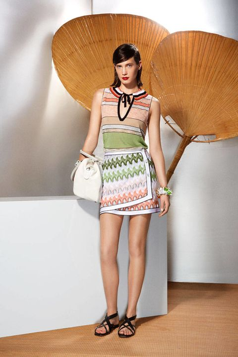 Human leg, Shoulder, Joint, Style, Fashion accessory, Dress, Waist, Fashion, Knee, Bag,