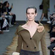 Ear, Human body, Sleeve, Shoulder, Joint, Fashion show, Outerwear, Style, Waist, Fashion model,