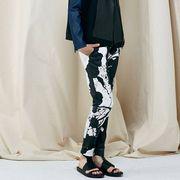 Sleeve, Shoulder, Textile, Human leg, Joint, Style, Knee, Fashion, Street fashion, Sandal,