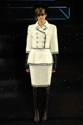 CHANEL FALL 2011 HAUTE COUTURE PODIUM 003