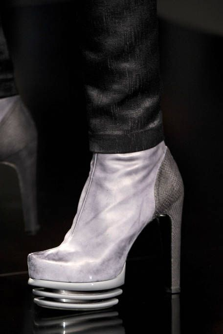 BYBLOS FALL RTW 2011 DETAIL 001