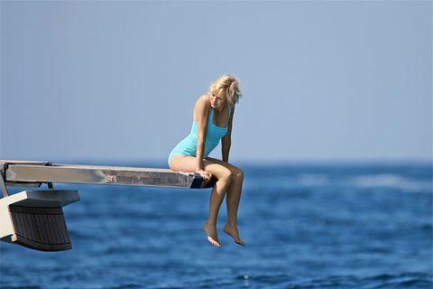 Human leg, Elbow, Leisure, People in nature, Summer, Knee, Sitting, Barefoot, Wrist, Waist,