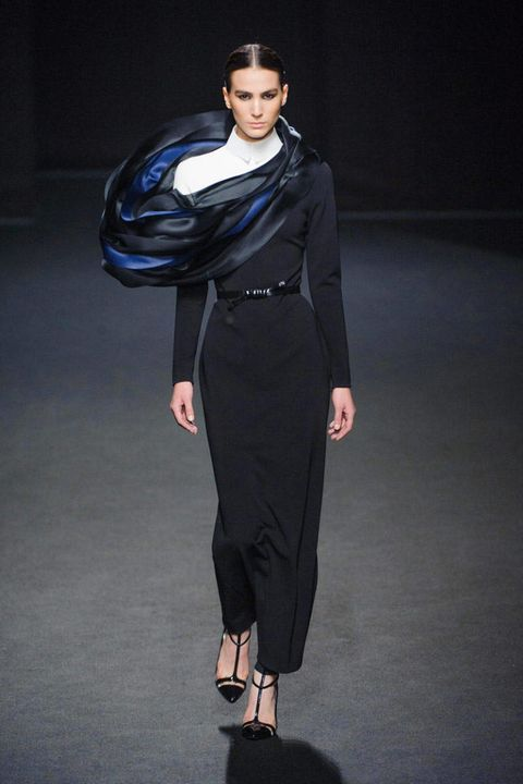 Sleeve, Joint, Style, Formal wear, Fashion, Sandal, Knee, Fashion model, Street fashion, Waist,