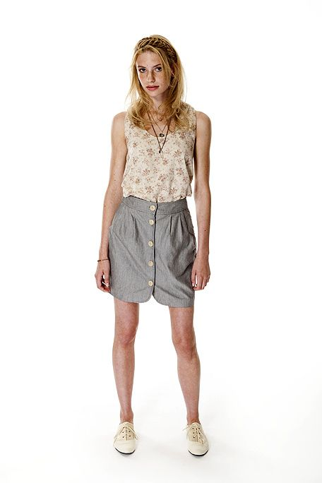 Sleeve, Shoulder, Human leg, Standing, Joint, Waist, Style, Knee, Fashion, Neck,