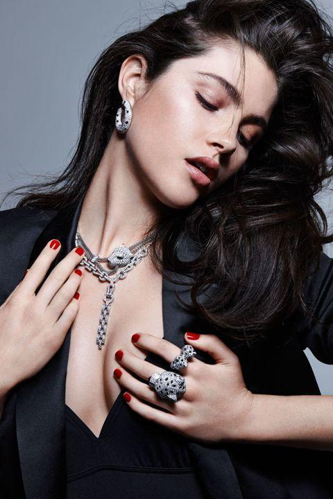 Finger, Hairstyle, Jewellery, Hand, Wrist, Nail, Earrings, Fashion accessory, Beauty, Black hair,