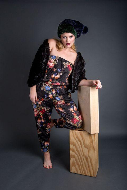 Human leg, Joint, Elbow, Dress, Costume accessory, Knee, Thigh, Waist, Trunk, Foot,