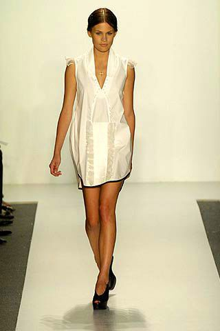 Sleeve, Shoulder, Human leg, Fashion show, Joint, Dress, Style, Fashion model, Runway, Knee,