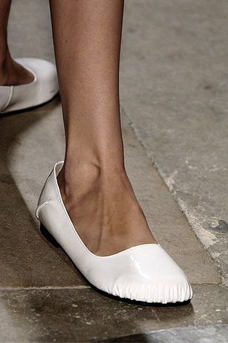 Human leg, Joint, Tan, Fashion, Foot, Toe, Grey, Calf, Beige, Close-up,
