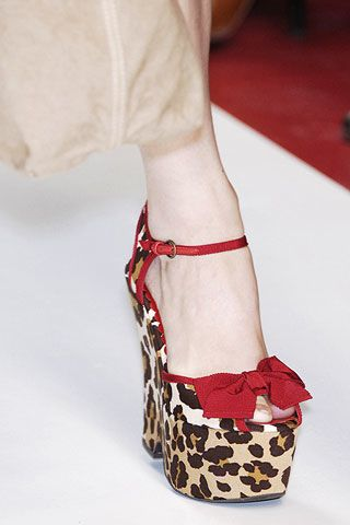 Textile, Red, Joint, Human leg, Sandal, Pattern, Carmine, Fashion, Foot, Beige,