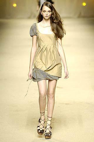 Clothing, Leg, Hairstyle, Sleeve, Human leg, Shoulder, Joint, White, Style, Dress,