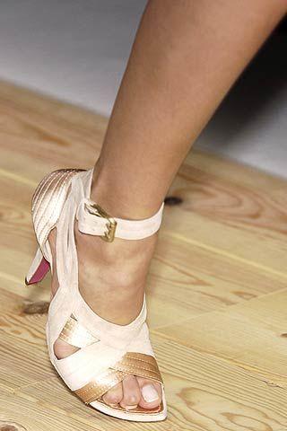 Brown, Skin, Wood, Human leg, Joint, Sandal, Pink, Fashion accessory, Hardwood, Tan,