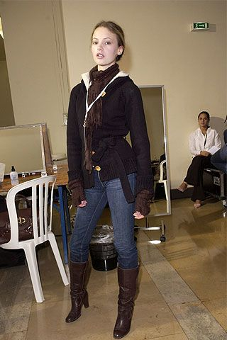 Footwear, Leg, Trousers, Textile, Riding boot, Joint, Outerwear, Boot, Style, Chair,
