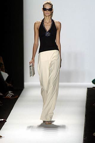 Shoulder, Standing, Joint, White, Elbow, Style, Waist, Sleeveless shirt, Knee, Fashion,