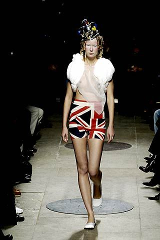 Leg, Human leg, Shoulder, Fashion show, Joint, Style, Thigh, Knee, Fashion model, Runway,