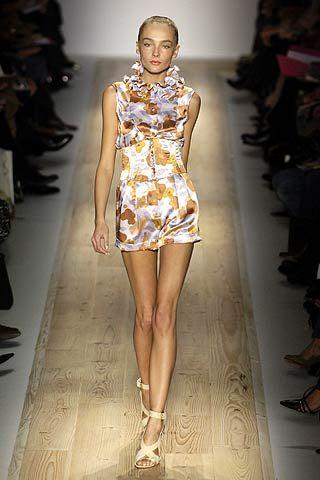 Leg, Fashion show, Shoulder, Human leg, Runway, Joint, Fashion model, Style, Dress, Beauty,