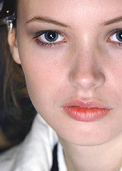 Nina Ricci Fall 2005 Ready-to-Wear Backstage 0001
