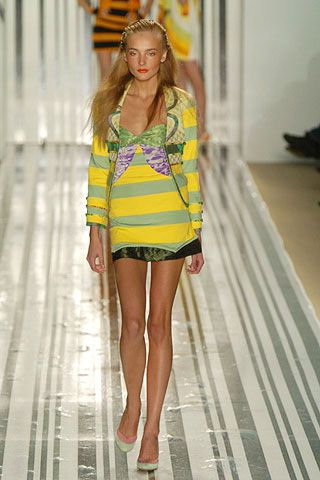 Human leg, Dress, Fashion show, Amber, One-piece garment, Fashion model, Runway, Fashion, Long hair, Thigh,