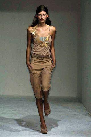 Human, Brown, Human body, Shoulder, Human leg, Standing, Joint, Floor, Waist, Jewellery,
