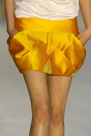 Yellow, Human leg, Textile, Joint, Waist, Amber, Thigh, Knee, Fashion, Black,