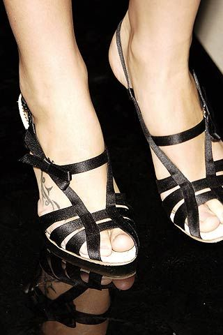 Human leg, Joint, Style, Toe, Sandal, Fashion, Foot, Black, Close-up, Ankle,