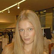 Hairstyle, Forehead, Eyebrow, Eyelash, Long hair, Beauty, Blond, Step cutting, Fashion, Brown hair,