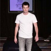 Shoulder, Shirt, Textile, Joint, Standing, Denim, Jeans, Elbow, Knee, Fashion,