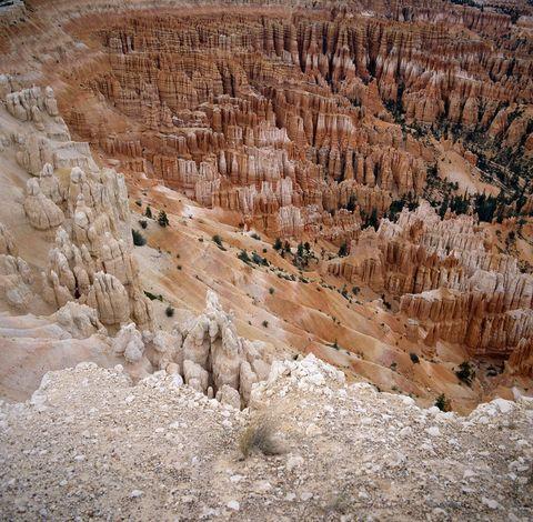 <p>Es Parque Nacional de Bryce Canyon está localizado al sur de estado de Utah. Su punto más característico es su especie de anfiteato excavado en roca, formado de manera natural por la erosión. Aunque también son impresionantes las llamadas 'chimeneas de las hadas', unas estructuras de roca que forman una especie de pináculo por efecto de la erosión.</p>