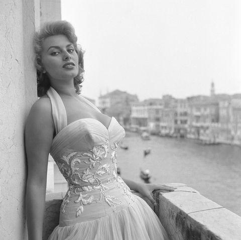 <p>Así posaba <strong>Sophia Loren</strong> en 1955, a los 21 años de edad. Entonces ya era todo un mito del cine europeo.</p>
