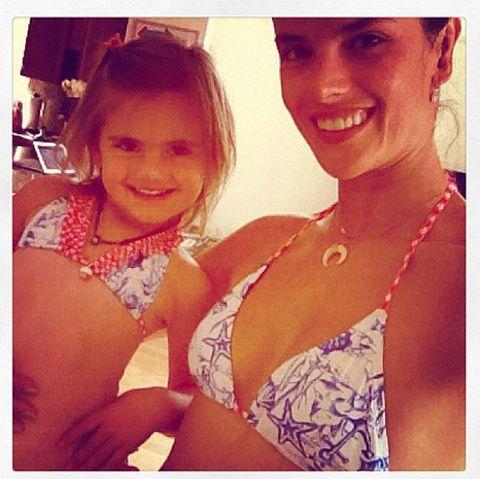<p> <strong>Alessandra Ambrosio</strong> posa muy divertida con un bikini muy marinero a juego con su hija Anja.<br /><strong>@alessandraambrosioo</strong></p>