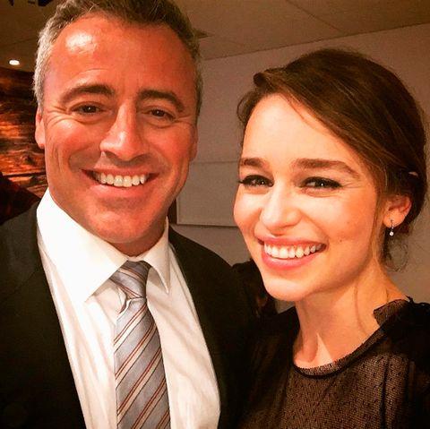 """<p>Emilia Clarke es la chica del momento y todo el mundo quiere hacerse una foto con ella. Pero la actriz es de carne y hueso y también tiene sus momentos de admiradora, como cuando coincidió con uno de los protagonistas de 'Friends', Matt LeBlanc, y se comportó como toda una fan. Todo ocurrió en el programa 'The Graham Norton Show' durante una entrevista. Emilia no se pudo resistir a que Matt le dijera la famosa de su personaje Joey """"cómo va eso"""". ¿Y quién podría resistirse a pedírselo?</p>"""