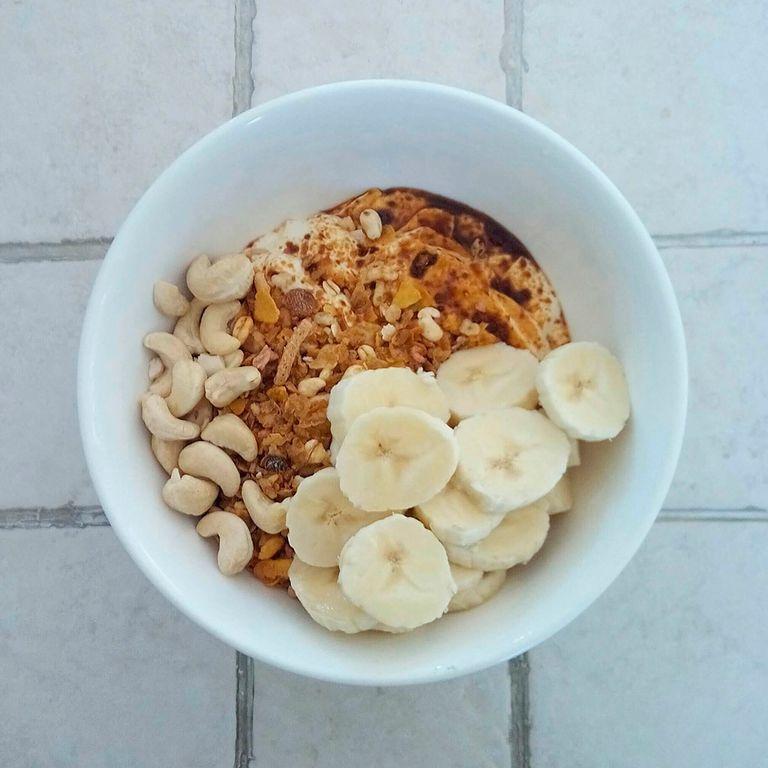 """<p>Desde <a href=""""http://fitfithurra.es/"""" target=""""_blank"""">Fit Fit Hurra</a> proponen un <strong>yogur con avena, crema de cacahuete y plátano en rebanadas, </strong>un 'super breakfast' que contiene proteína, carbohidratos de absorción lenta y vitaminas.&nbsp;</p>"""