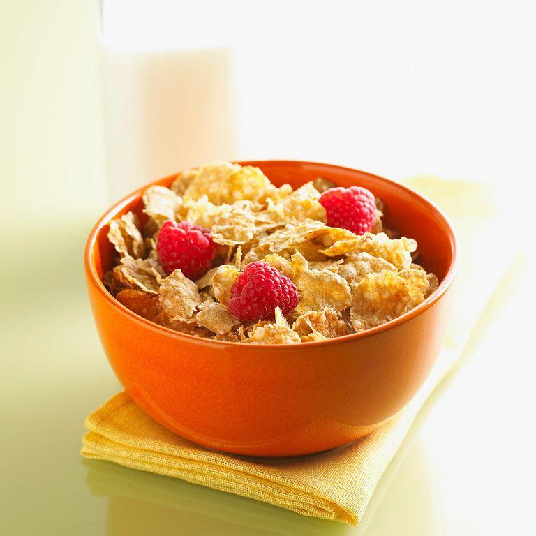 """<p>Para los que no quieren renunciar a los cereales, este es su menú: <strong>Zumo de naranja, leche desnatada con cereales con base de arroz , trigo integral y frutas rojas (25 gr)+ 4-5 nueces. Por último, un kiwi. </strong></p><p>La<strong>&nbsp;</strong>Dra. Amaro, directora de <a href=""""http://www.clinicafeelgood.com/"""" target=""""_blank"""">Clínica Feel Good</a>, lo explica: &quot;Los cereales aportan gran cantidad de hierro, por lo que son de gran ayuda para deportistas dado que tienen mucho desgaste de este mineral. Aportan gran cantidad de vitamina A para un buen estado de la piel. Tienen alto contenido en vitaminas del grupo B y del grupo C, y éstas ayudarán a combatir los resfriados y evitar el estreñimiento&quot;.</p>"""