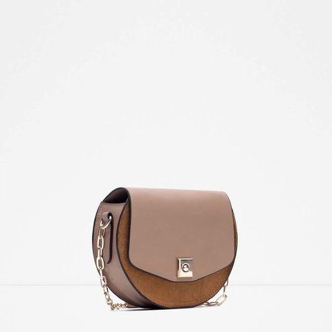 <p>Bolso bandolera con cadena en camel de<strong>Zara</strong>(30 €).</p>