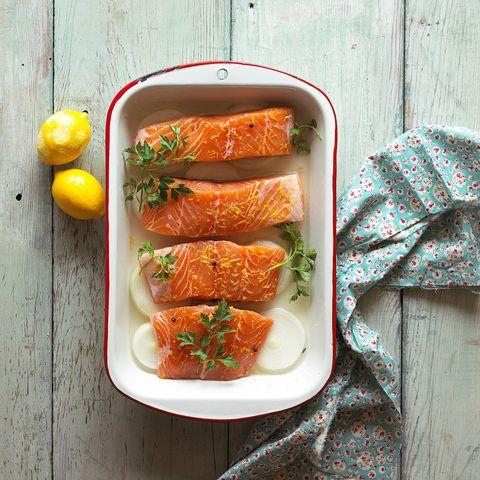 <p>Debido a su alto contenido en Omega 3, el salmón es un ingrediente fundamental a la hora de cuidar tu cabello. Este ácido graso te ayudará a reducir la sequedad y debilitamiento en tu melena.</p>