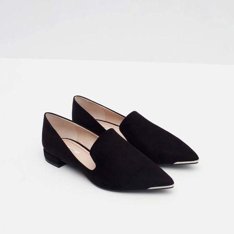 <p>Slippers con puntera metálica de<strong>Zara</strong>(17,99 €).</p>