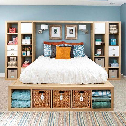 """<p>Inspírate en la idea de <a href=""""http://www.bhg.com/"""" target=""""_blank"""">Bhg</a> para convertir tu <i>Kallax</i> en un somier para tu cama. En esta apuesta, dos juegos de estanterías coronan el dormitorio para convertirse en espacio inteligente de almacenaje.&nbsp&#x3B;</p>"""