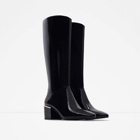 <p>Botas sixties con tacón ancho, de&nbsp;<strong>Zara&nbsp;</strong>(30 €).</p>