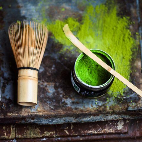 """<p>""""Dentro de todos los tés, el verde es el más rico en nutrientes"""", dice <a href=""""http://www.beatrizlarrea.com/"""" target=""""_blank"""">Beatriz Larrea</a>, nutricionista holística y health coach. """"Y <strong>dentro de la gama del té verde, el Matcha, que viene en forma de polvo de piedra de tierra - sin fermentación</strong> alguna- es el más alto en nutrientes y antioxidantes"""", explica. Según esta experta el mejor té verde Matcha proviene de Japón y es vaporizado, no está asado ni frito. """"Como resultado, <strong>el té verde Matcha retiene todo el valor posible de los ricos nutrientes desde las hojas del té</strong> y, además, no tiene un sabor amargo"""", añade.</p><p>&nbsp&#x3B;</p>"""