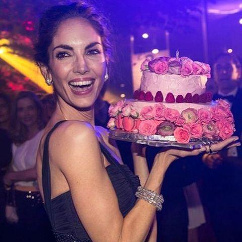 <p>La modelo encantada con su espectacular tarta de Zarina.</p><p>@florealeeventos</p>