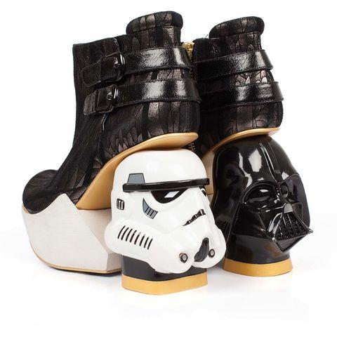<p>Botines con tacones inspirados en los soldados del Imperio y Darth Vader, de<strong>Irregular Choice</strong> (390 €).</p>